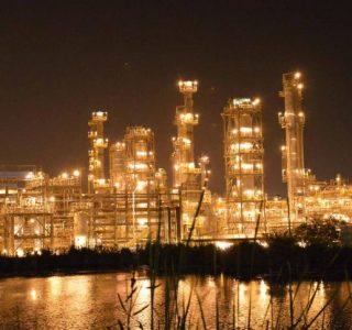 Vista nocturna de las instalaciones de la Refinería de Ecopetrol en Cartagena (Reficar).